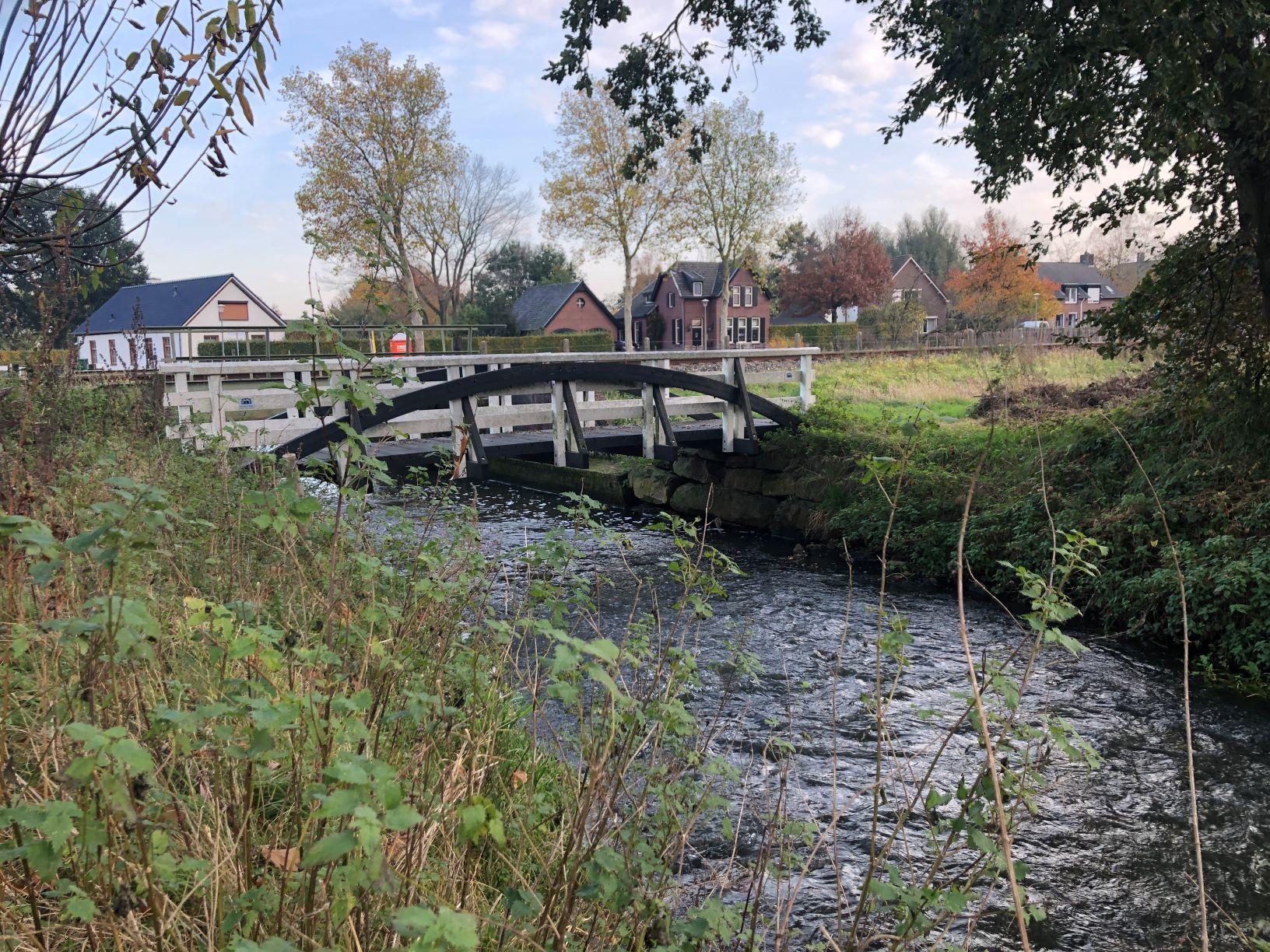Fiets - Loopbrug naast spoor