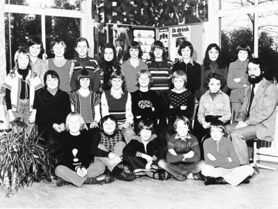 Kinderen uit Holthees en Smakt. De klas van onderwijzer Herman vd Berg in 1976. Op de foto o.a. Harald Zegers, Pieter de Hoog, overigen onbekend 1976