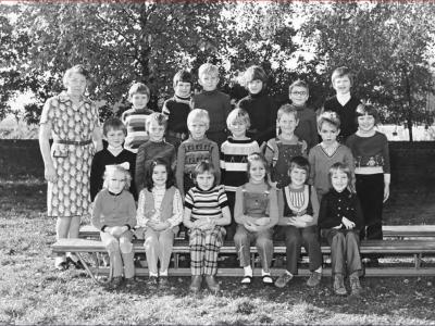 Kinderen uit Holthees en Smakt. De klas van onderwijzeres Juffrouw Geurts in 1976. Op de foto o.a. Pieter de Hoog, Michel Rongen en Harrald Zegers, overigen onbekend.