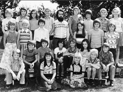 Kinderen uit Holthees en Smakt. Klassefoto met meester Herman van de Berg, op de foto o.a. Pieter de Hoog, Hans Janssen, overige onbekend