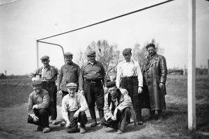 Oud Voetbalelftal met in het midden Herman Philipsen