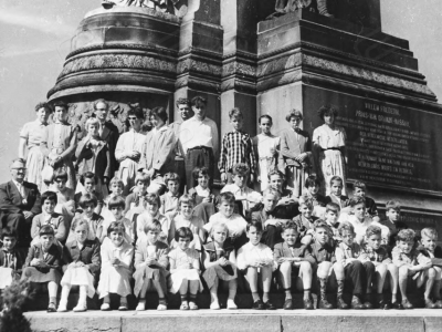 Schoolreisje lagere school Holthees - Smakt. Links op de foto meester Wijnhoven, overigen onbekend.